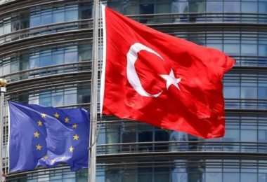 A European Union (L) and Turkish flag fly outside a hotel in Istanbul, Turkey, May 4, 2016.  REUTERS/Murad Sezer/File Photo