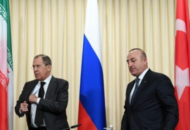Russian Foreign Minister Sergei Lavrov (L) and his Turkish counterpart Mevlut Cavusoglu leave after a news conference in Moscow on December 20, 2016.   The foreign and defence ministers of Russia, Turkey and Iran are meeting in Moscow for key talks on the conflict in Syria. Iran and Russia are sharing a base in war-torn Syria to help coordinate their support for President Bashar al-Assad's forces, a top security official in Tehran said on December 20.   / AFP PHOTO / Natalia KOLESNIKOVA