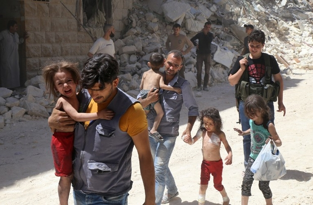 Syrian men carry injured children amid the rubble of destroyed buildings following reported air strikes on the rebel-held neighbourhood of Al-Mashhad in the northern city of Aleppo, on July 25, 2016. Air strikes and barrel bomb attacks killed 16 civilians in rebel-held parts of Aleppo province, with rebel rocket fire onto government areas killing three more, the Britain-based Syrian Observatory for Human Rights said. / AFP PHOTO / Baraa Al-Halabi